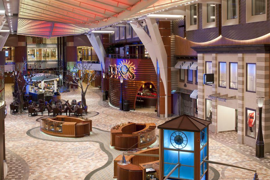 Allure of the Seas - Royal Caribbean International - promenáda